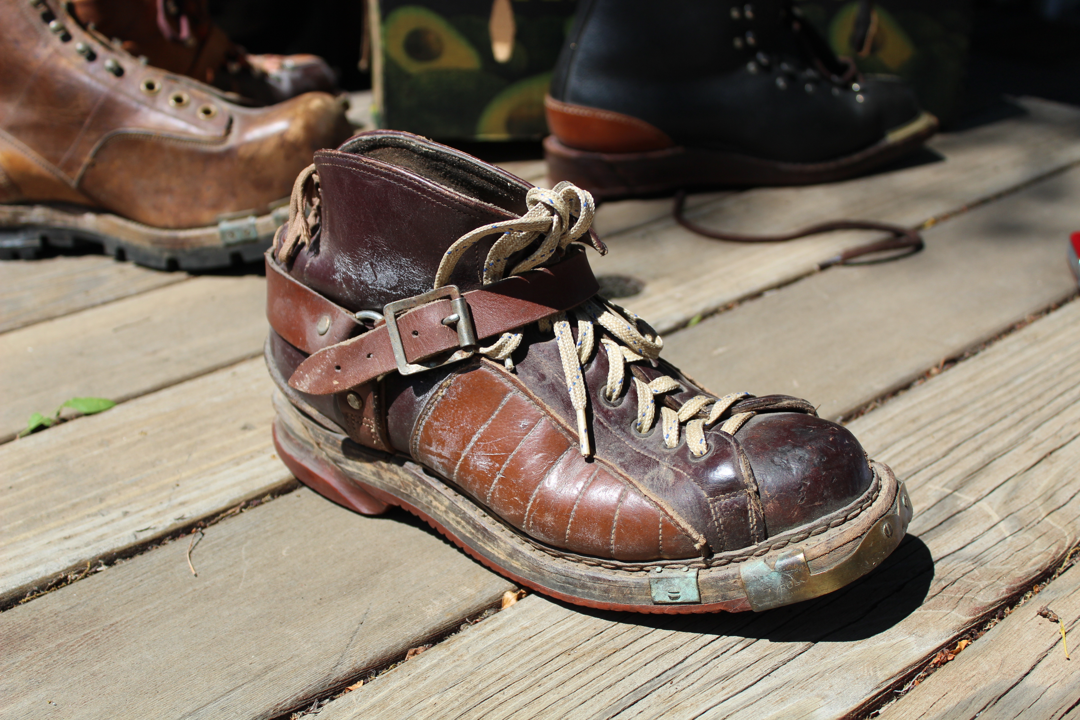 Mass-produced alpine boot with instep strap